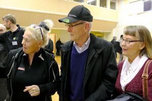 Marianne Stranne, Görvik, Ulf och Birgit Sandell, Norderåsen, studerar kartor under minglet i Fyrås där Vasa Vind informerade om sin nya vindkraftspark.