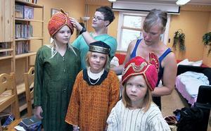 Martha Uhras, Jonas Hildingsson och Hanna Holmberg får hjälp av Jonte och Gunlög Rosén att prova ut sina kläder. Jonas spelar både dåtidens Daniel och kompis med nutidens Daniel som också förekommer i musikalen. Martha spelar andre ministern och sjunger i kören och Hanna spelar tredje ministern.