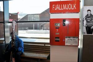 Här, utanför Icas kassor i Station Åre, står automaten där försäljning av opastöriserad Fjällmjölk börjar på lördag.