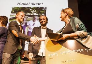 Kommunalråd Caroline Schmidt gratulerade vinnarna Jonas Hamlund och Erik Ohlson.