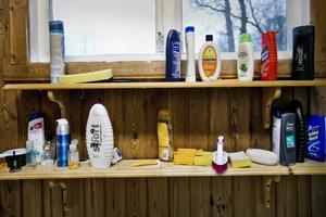 Tvålhylla. I genomsnitt 25 personer bastar i Vibybastun varje lördag, så tvål finns.