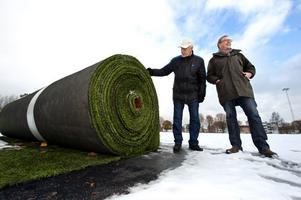 Bosse Wedlund och Mats Carlsson konstaterar att även om konstgräset är begagnat och inte längre klarar elitkraven så har det åtskilliga år kvar som underlag för breddidrotten.