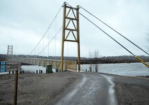 Den nya hängbron är öppnad för allmänheten.