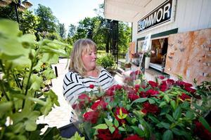 Så här har blomsterflickan Maria Englunds dröm sett ut i många, många år. I januari förra året gick den i uppfyllelse, och nu lever hon sin andra säsong som Blomsterkioskens ägare. Foto: Stèfan Esstasy.