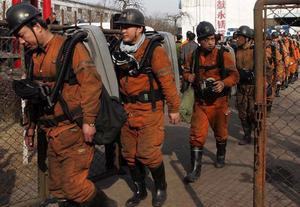 Räddningsarbetare på väg ner i gruvan  i Shanxi-provinsen.