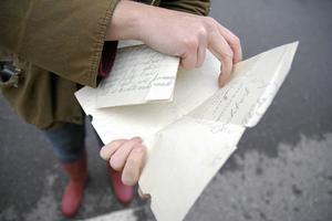 Mellan raderna går hemlängtan att utläsa i breven från kolonin.
