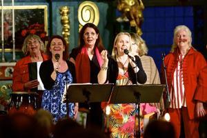 Det blev en kavalkad av ABBA-låtar som presenterades i Grangärde kyrka av kör, gruppen Pralin och solister. Cirka 100 personer satt och lyssnade.