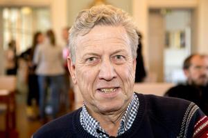 Lars-Gunnar Hultin (V), ledamot i regionfullmäktige, förnekar inte att han målar upp en mörk framtidsversion för svensk sjukvård:
