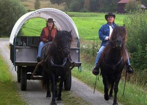 Annica Jonsson och Inga Berg, hästtokiga tjejer i sina bästa år på westernresa.Foto: Ingvar Ericsson