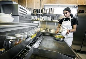 Santhi Priya Thamma pausade robotkursen hon gick på Örebro universitet och startade en restaurang i stället.