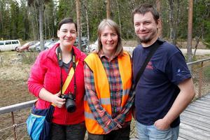 Losläraren Charlotta Rosborg, i mitten, följde med de slovenska besökarna Matjaž Tušar och Monika Kavčič ut i parken.