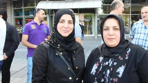 Fatilda Shaba med med Huda Mohammed. - Vi har kommit ut för att visa stöd angående den orättvisa som händer i Irak. Vi vill visa vårt stöd till de drabbade familjerna. De oskyldiga som dog är martyrer.