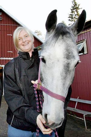 ... och en av dem bor  i Brunflo, och är  ryttare och ordförande  i Brunflo RS. Hon har fått sms, som varit ämnade för hennes namne skidskytten:– Det kom något där det stod grattis till världscupsegern,  eller något sådant, säger Helena Jonsson, ryttaren.