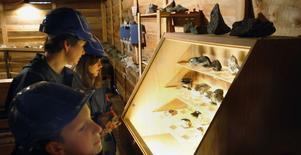 Yorick Gilgen, Beatrice Gilgen och Anuschka Gilgen tittade på den utställning med olika stenarter som anordnas i Loosgruvan.