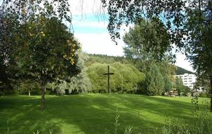 Kyrkogårdar är en underskattad ingång till en stads historia. På Sundsvalls kyrkogård vilar många av de som levde och verkade under stadens blomstring vid förra sekelskiftet. Genom bildutställningen på museet och kyrkogårdsvandring den 14 juli vill Nils Johan Tjärnlund och Karin Westin berätta om historien.