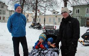 – Jag kör inte skoter utan åker skidor. Men man är ju tacksam om de spårar, säger Håkan Franklin, med barnbarnen Valter och Knut och svärsonen Björn Schröder.