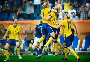 Örebrojubel i VM. Målskytten Marie Hammarström kramas om av klubbkompisen Sara Larsson och Lisa Dahlkvist skyndar till.