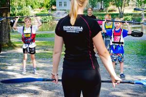 Övningar. Douglas Axén 9,5 år och Alexander Johnsson 9 år gör övningar och är laddade på att hoppa ner i kanoterna.