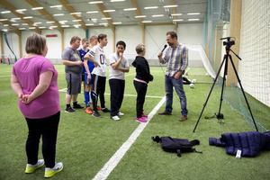 På plats i NCC-hallen i Timrå gör Andreas intervjuer till webb-tv på löpande band.