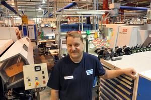 TRIVS BRA. Thomas Lindström, 39, har jobbat tre veckor på Atlas. Han trivs med arbetet som cnc-operatör.