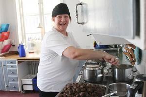 Karita Halvarsson trollar fram älgköttbullar och sås i förskolans kök.