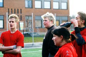 Stefan Karlsson, målvakten Robert Lorentzon, Catharina Hermansson och Tony Karlsson snackar taktik i pausen. BILD: SAMUEL BORG