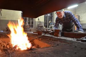 Eldig tillvaro. Kent Persson har tillsammans med några eldsjälar till lagt ned mycket ideellt arbete på att få smedjan i ordning.