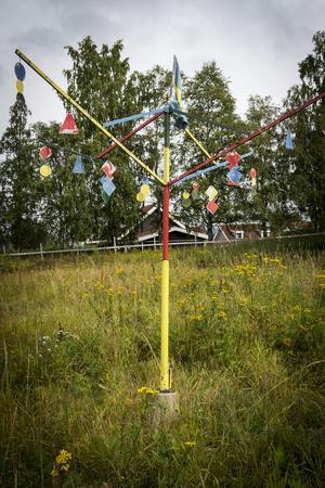Det som är skrot för somliga kan bli konst för andra. Jack Rönström har satt färg på en torkvinda som en granne skulle slänga – och nu plingar och låter den när vinden tar i.