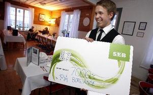 En check på 7 000 lämnades över till RIA av Pierre Hedin. Tomas Nyberg