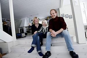För Katja Perssons och David Thorbergs åttaårige son Simon har det varit spännande att få en jämnårig extrasyster.–Visst blir det lite avundsjuka och syskongnabb ibland, men för det mesta har de roligt ihop, säger Katja Persson.