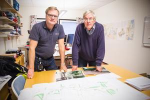 Mikael Jansson, teknisk chef på Avesta kommun, och Anders Hagfeldt, utredare på teknisk service, tycker att arbetet med cirkulationsplatsen gått bra. Snart startar nästa steg för att förändra trafiken i området.