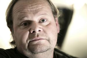 Tony Persson har inte hört ett ljud från polisen.