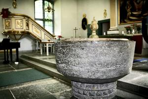 Dopfunt från 1100-talet. Den nära 1000 år gamla skålen är Ekeby kyrkas äldsta föremål.