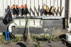 Efter varje arbetspass tvättas stövlarna upp och hängs på tork utanför boendet i Hammerdal.