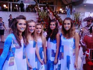 Vid denna föreställning dansade Anna Huczkowski, Matilda Johansson, Elin Stenbäck, Jenniefer Norberg och Fia Alander för Thailands drottning.  Foto: Privat