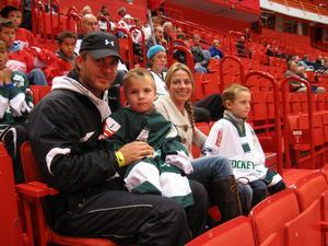 Andreas Öhgren följer tillsammans med sin hockeytokiga familj, sambon Teresia, 3-årige Noel och 5-årige Liam varje skär som spelarna i Detroit Red Wings och St. Louis Blues tar under dagarna i Stockholm.