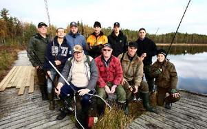 Hela fiskegänget uppställda och beredda inför dagens tävling.  Erik Vestli, (till vänster) har dragit alla regler, och förrättat lottdragning om var alla ska placera sig under de två timmar som tävlingen pågår. Foto: Bons Nisse Andersson