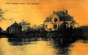 Hustruns namn. Viktor Lindblads ateljé låg i denna villa Idavallen på Rostastrand 21. Villan har fått sitt namn från hans hustru Ida. Vykort från 1900-talets början.