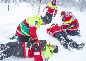 Lennart Hovlin, Andreas Ljungberg, Krister Hallberg och Lars Liljemark över fjällräddning under överinseende av instruktören Anders Holmgren.