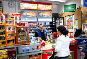 Väntar på svar. Shenouda Ibrahim hoppas att centrumägaren Bradgate och Stendörren ger de små företagen en chans att komma i gång                   i Nykvarns nya centrum. Många funderar över hur mycket hyrorna ska höjas, men de får vänta på svar.