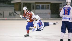 Andreas Hjulström i kamp med en Katrineholmsspelare.