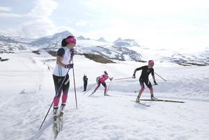 Marit Bjørgen och Therese Johaug under träning på Songnefjellshytta.