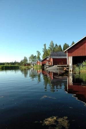 FISKARE. Vy från en av sjöbodarna i hamnen. 1930–1950 livnärde sig ett 60-tal personer som fiskare.