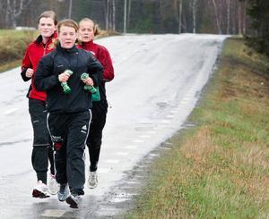 Skytte är ingen direkt fysisk sport, men det hjälper till att vara vältränad även konditions- och styrkemässigt. Här är tre elever på skyttegymnasiet i Strömsund, främst Christina Rönngren, Östersund, sedan Emma Nilsson, Höllviken (Skåne) och Jessie Svensson, Olofström (Blekinge), ute på ett löppass i regn, snålblåst och endast några få plusgrader förra veckan. Foto: Patrik Sjödin