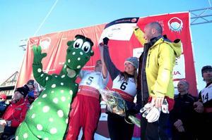 Det drogs in en hel del pengar till Tomas Fogdös Active Life Foundation. Även vinnarlagen bidrog med sina segercheckar, till höger om Birger syns Bobbo Nordenskiöld, Julia Mancuso och Hans Fahlén.