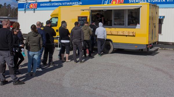 Kön ringlade lång på Elons parkering. Senast MK Burger var i Fagersta tog köttet slut på två timmar.