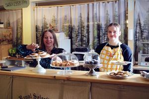 Elzbieta Enderlin och Jennifer Larsson är redo att servera besökare.
