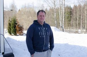 Anders Hellberg bor i Björklunda, nära Skeppmora. Om gruvplanerna förverkligas kommer han att kunna se järnvägsterminalen från huset. Järnvägsspåret syns  bakom honom i skogsbrynet 100 meter bort.