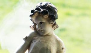 I Jans sovrumsfönster står denna söta figur.