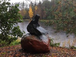 En naturskapelse i sten , en gång för länge sedan hittad i ett vägdike efter ett dikningsarbete vid en  skogsbilväg.  Tjänar nu som utsmyckning - vackert  konstverk. Foto: Bengt Lindstrand